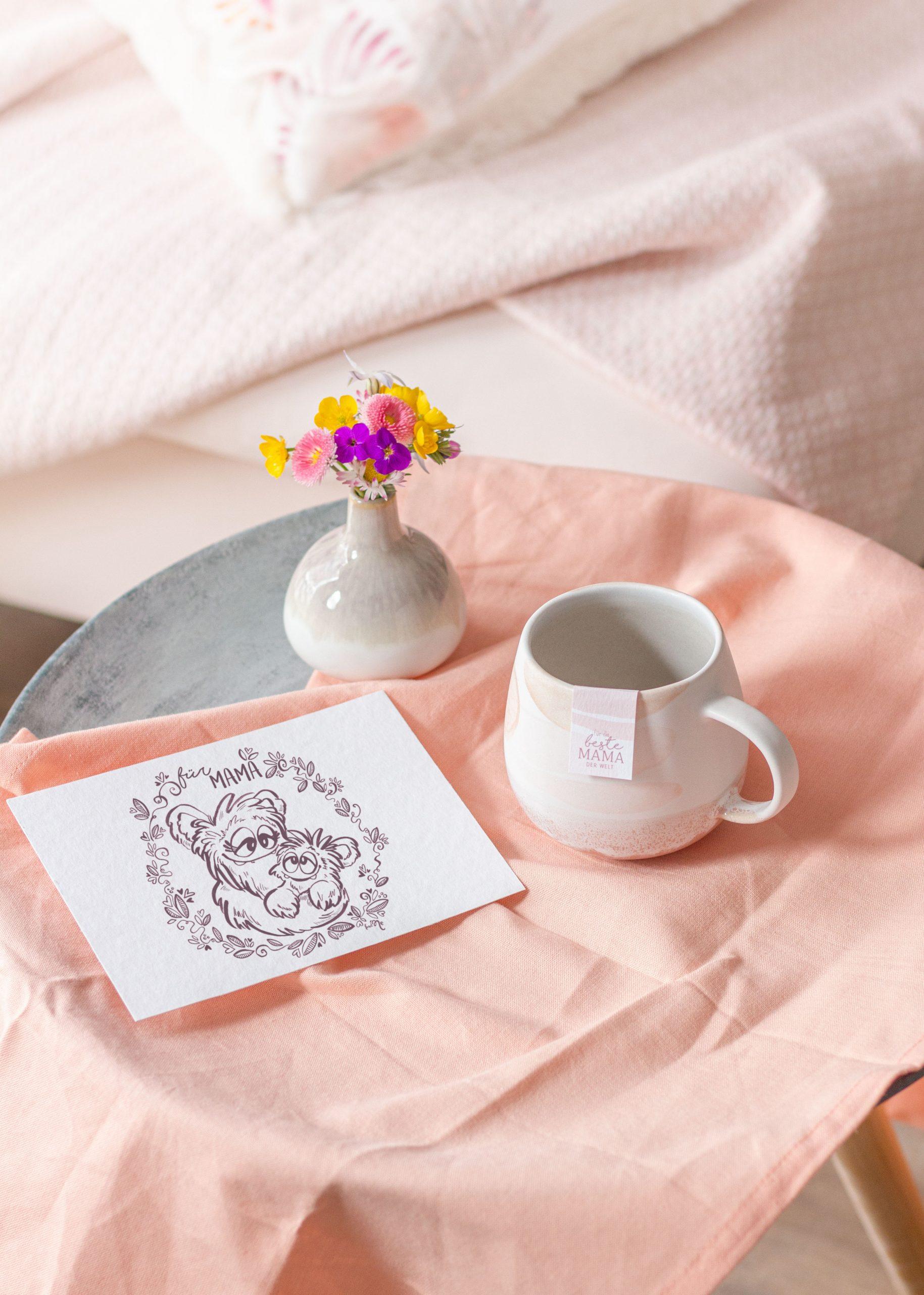 Geschenke zum Muttertag - Karte Blumen und Keramiktasse